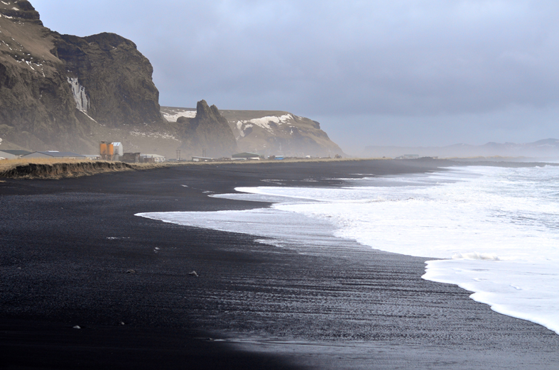 Praia de areia preta em Vik - costa sul da Islândia