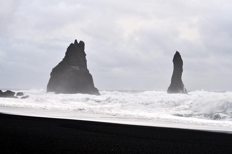 Praia de areia preta Reynisfjara - costa sul da Islândia