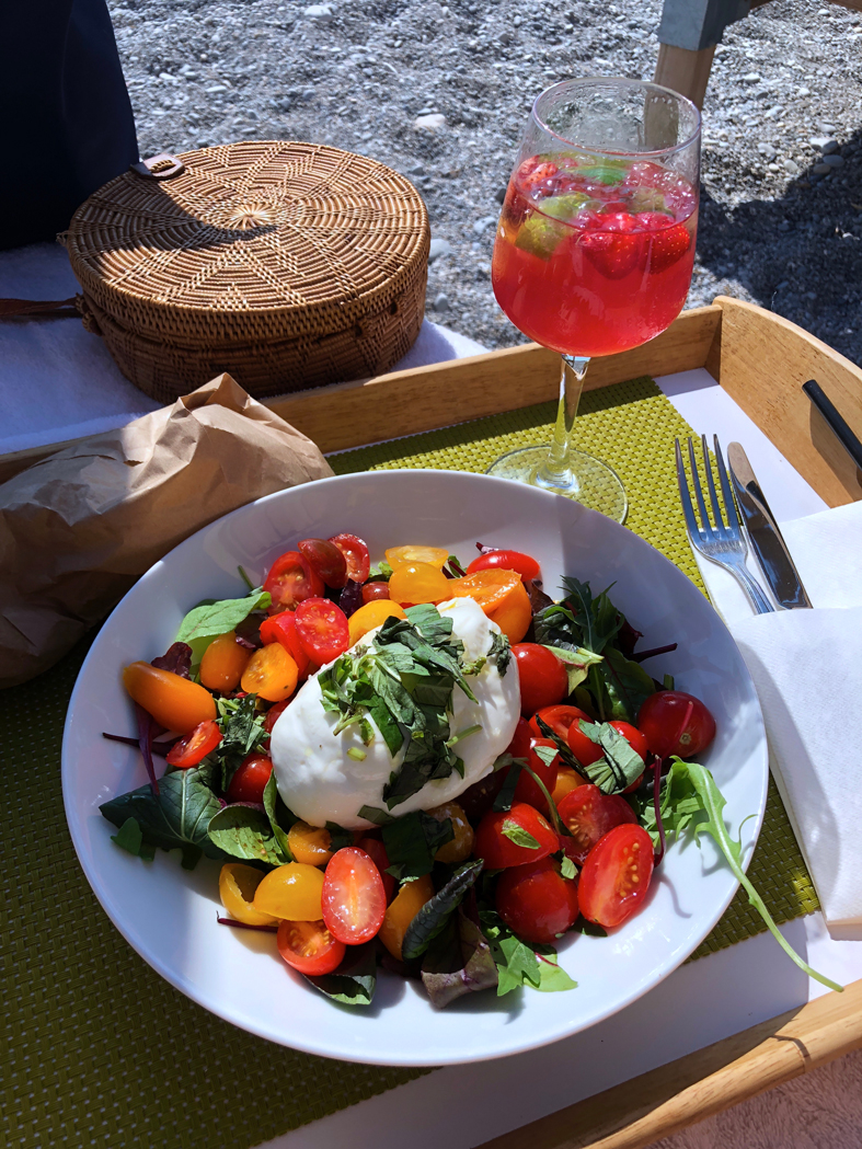 Salada caprese e drink