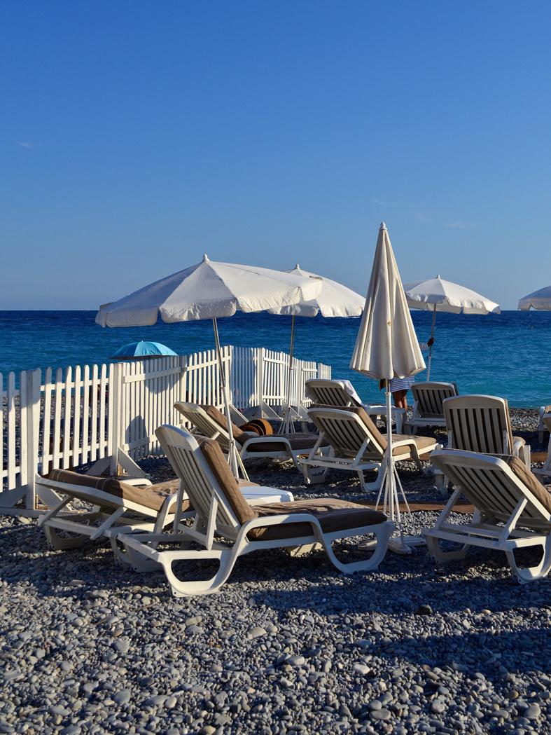 Espreguiçadeira e guarda sol no beach club em Nice