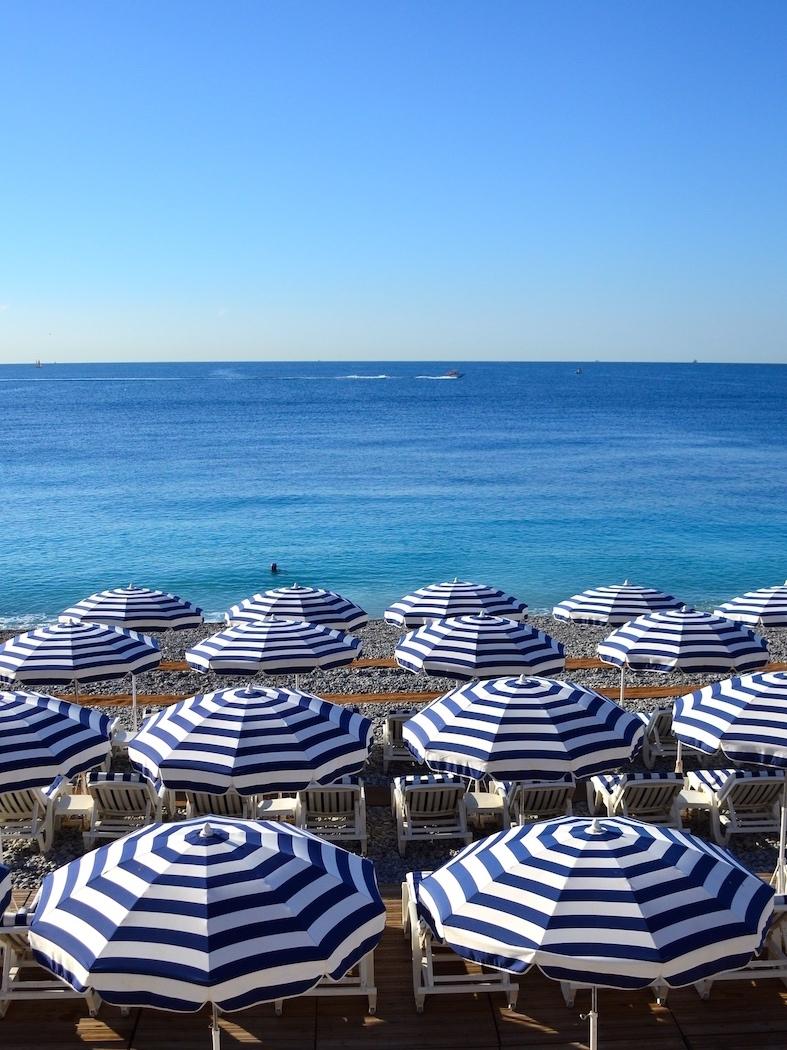 Praia e guarda sol em Nice, França