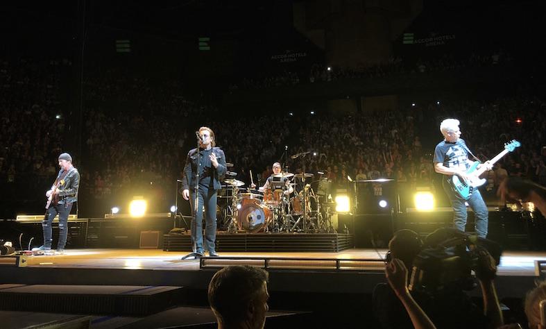 U2 no palco em Paris